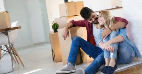 Jong stel verhuist naar nieuwe woning